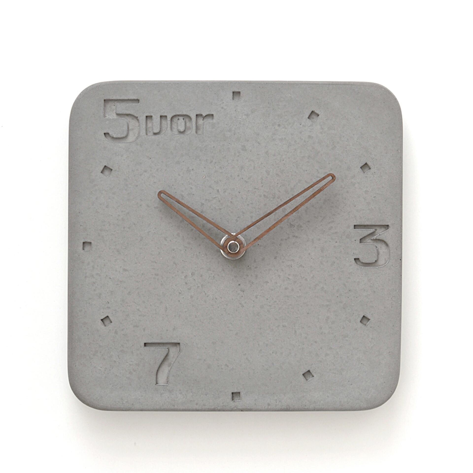 Wertwerke Designuhr aus Beton 5VOR Grau 30 x 30 cm Nussbaum Rahmen