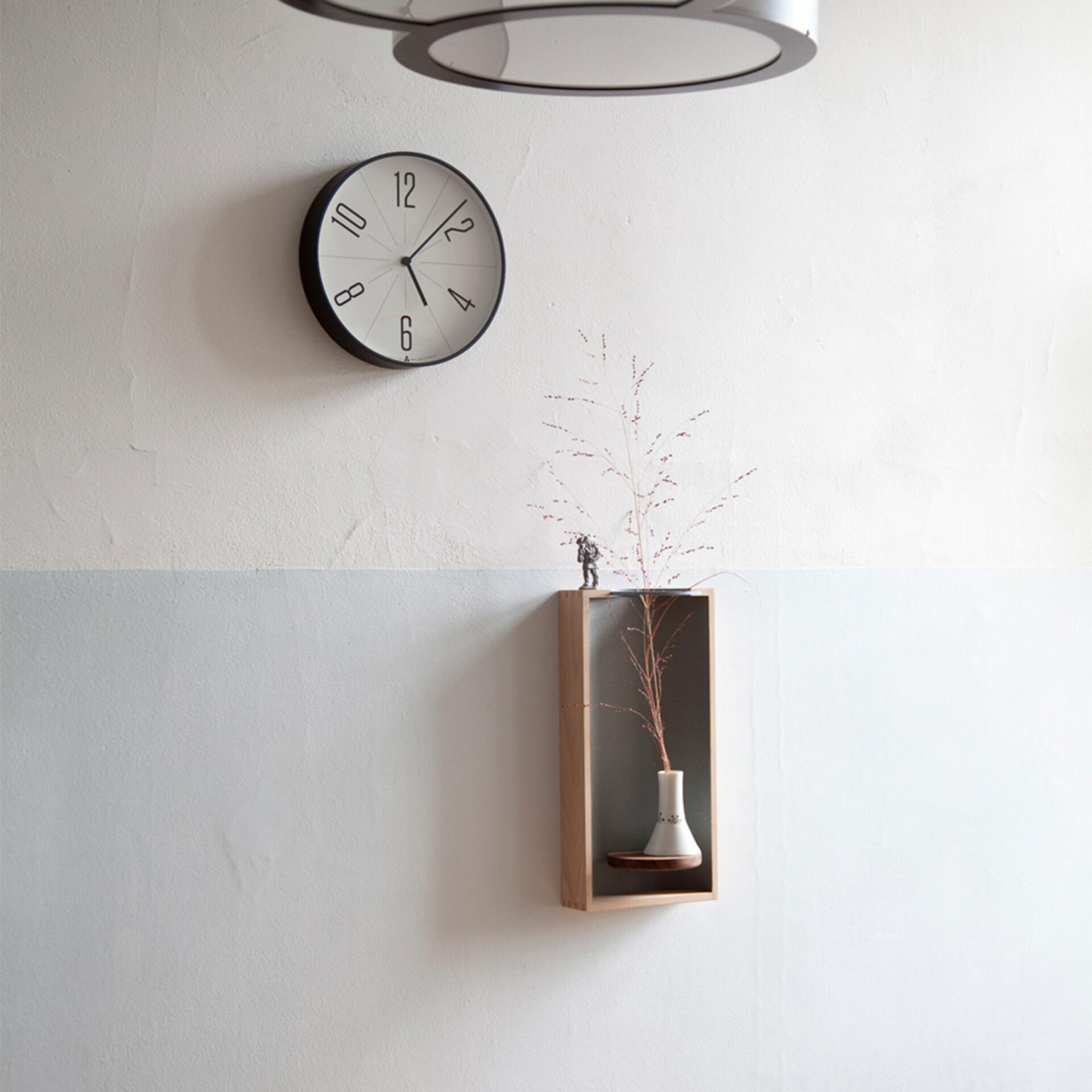 Lemnos Awa Clock Gugu Wanduhr Weiss mit schwarzem Rahmen
