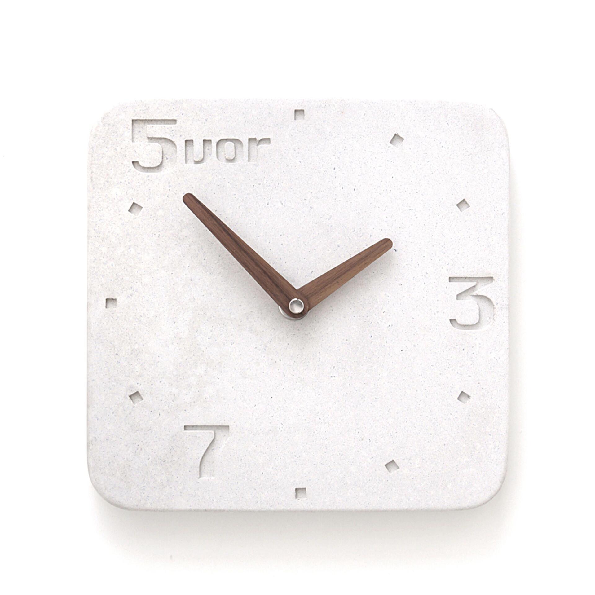 Wertwerke Designuhr aus Beton 5VOR Weiß 30 x 30 cm Nussbaum Vollflächig