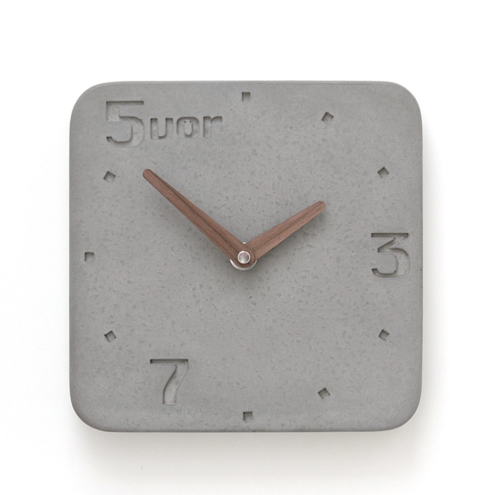 Wertwerke Designuhr aus Beton 5VOR Grau 30 x 30 cm Nussbaum Vollflächig