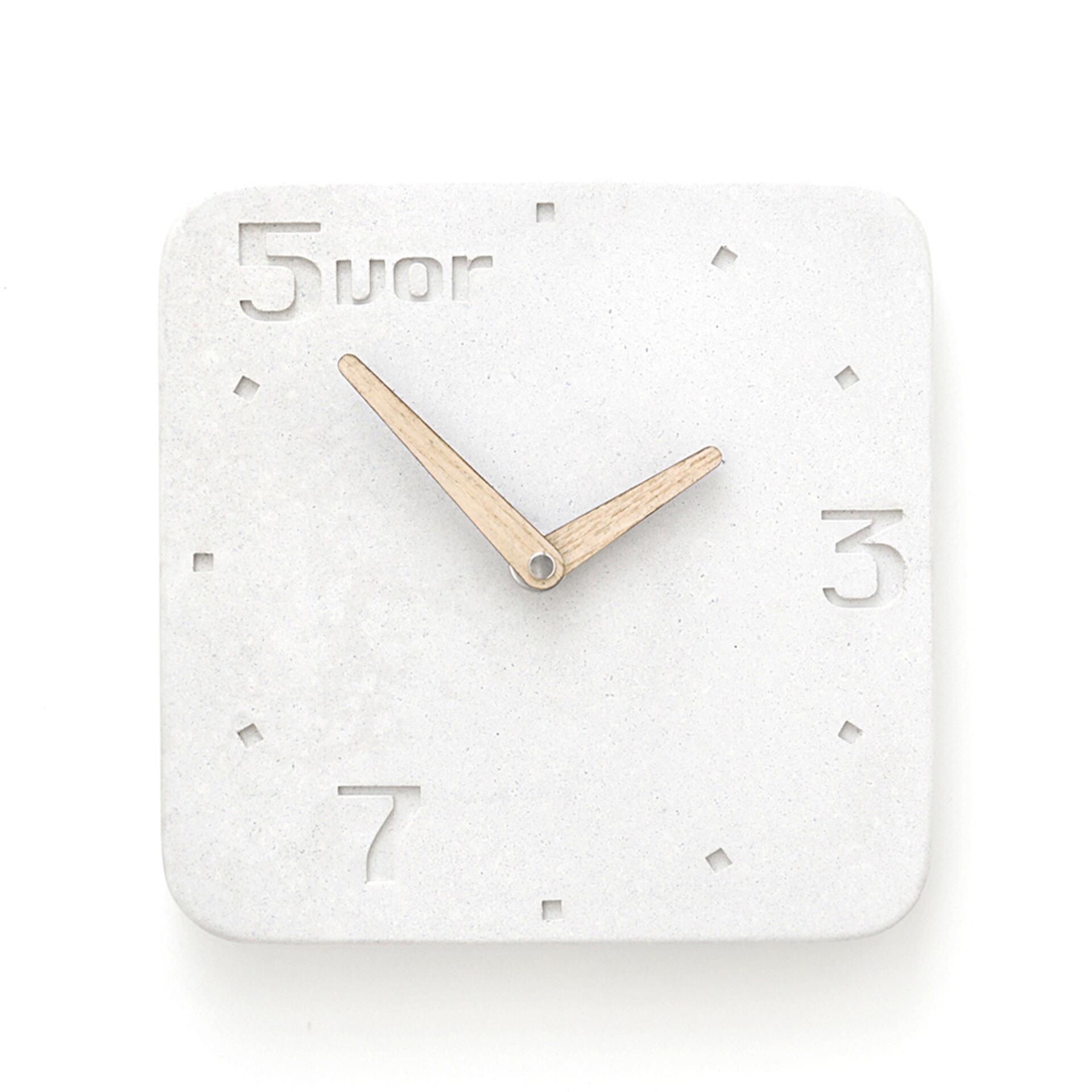 Wertwerke Designuhr aus Beton 5VOR Weiß 30 x 30 cm Esche Vollflächig