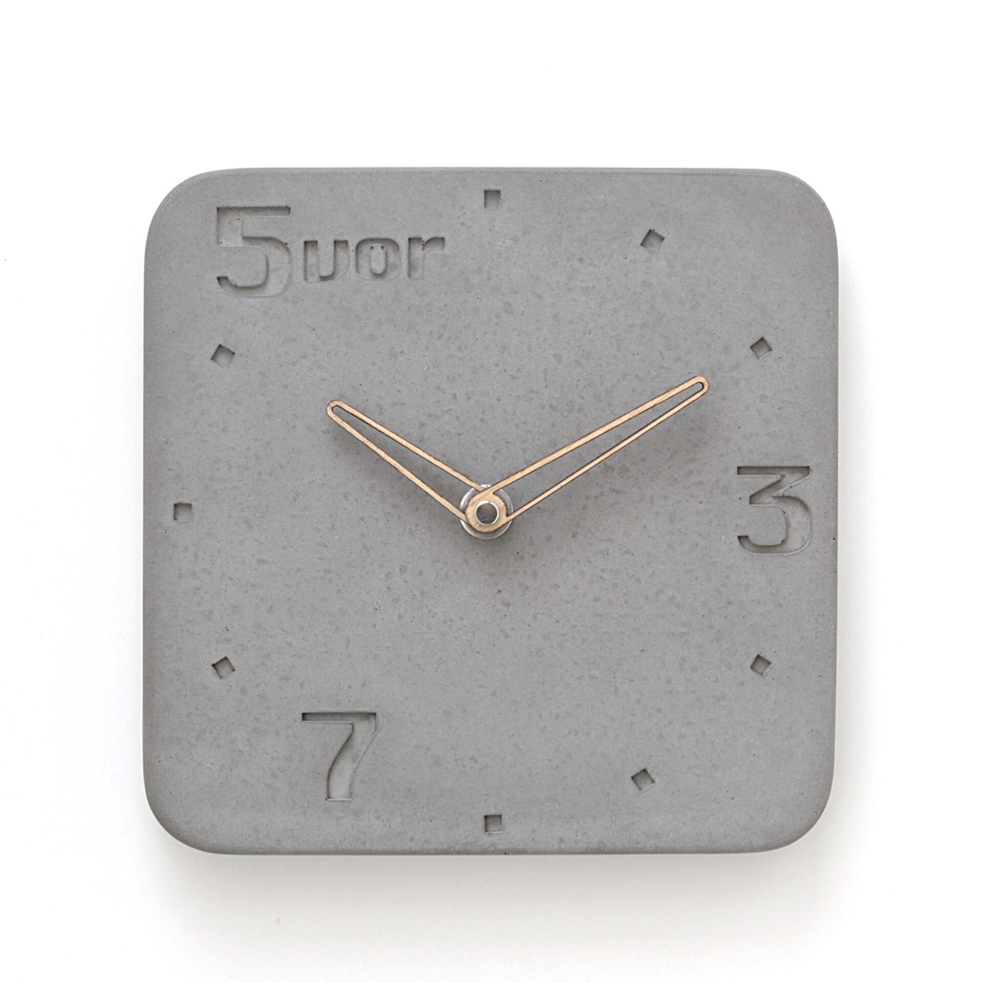 Wertwerke Wanduhr aus Beton 5VOR Grau 20 x 20 cm Esche Rahmen